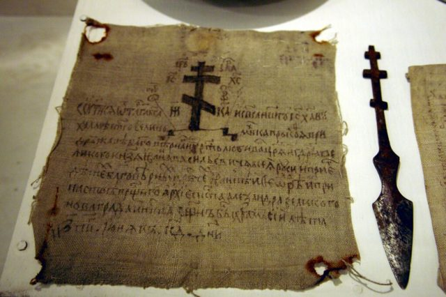 Крест на древнем антиминсе